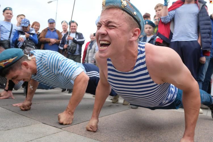 Десантники соревнуются в отжимании в свой профессиональный праздник - День ВДВ.