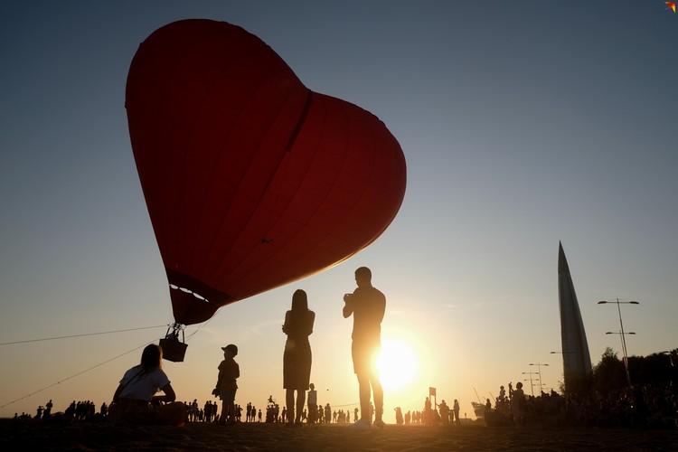 Воздушный шар в форме сердца на пляже Финского залива.