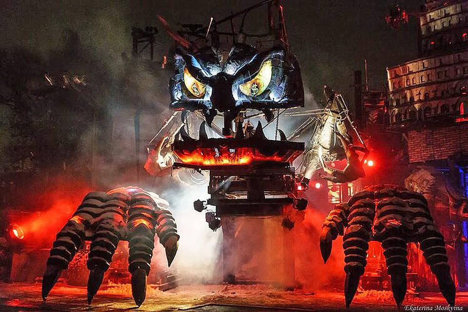 """Главный отрицательный герой представления в байк-центре Sexton - громадная объятая пламенем змея под названием Птеродактиль-Ротшильд. Фото: пресс-служба """"Ночных волков"""""""