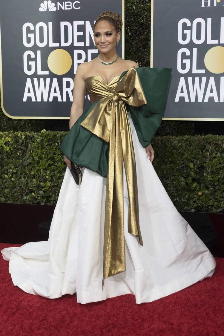 Дженнифер пришла в платье от Валентино.