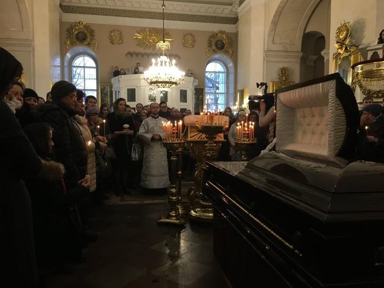 В соборе собрались сотни людей. Фото: сайт Невские Новости.