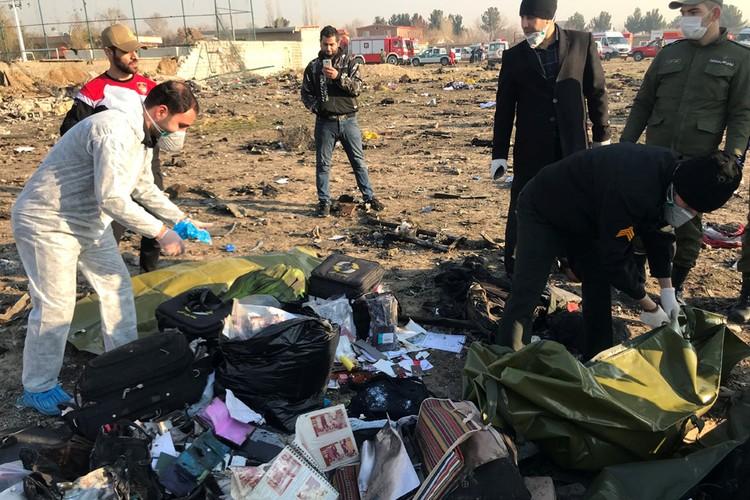 """Спасатели собирают личные вещи погибших пассажиров """"Боинга 737-800"""""""