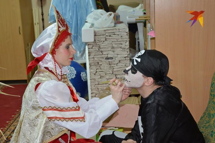 Жена главного героя Глафира помогает Кащею. Ему, кстати, Емеля по сценарию чинит лыжу – вот он секрет бессмертия по-шиловски!