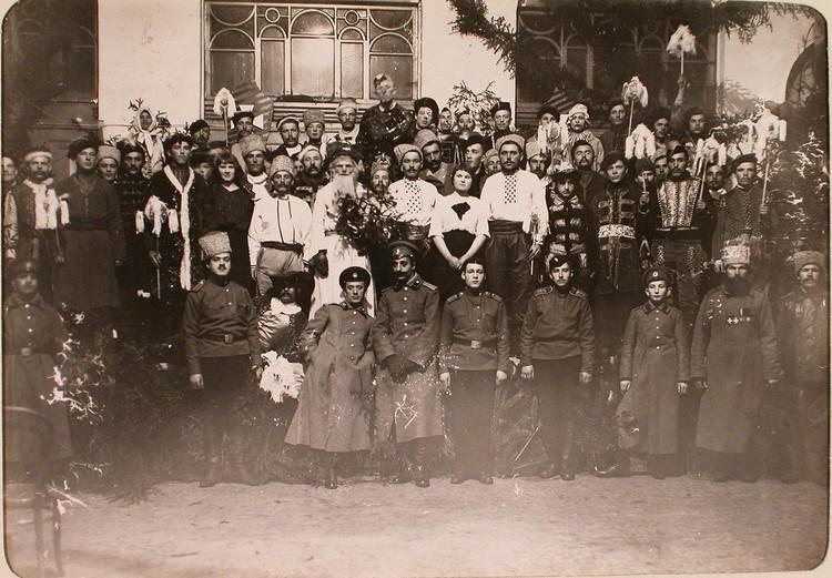 Участники спектакля, показанного во время празднования Рождества нижними чинами авиароты. Псков.