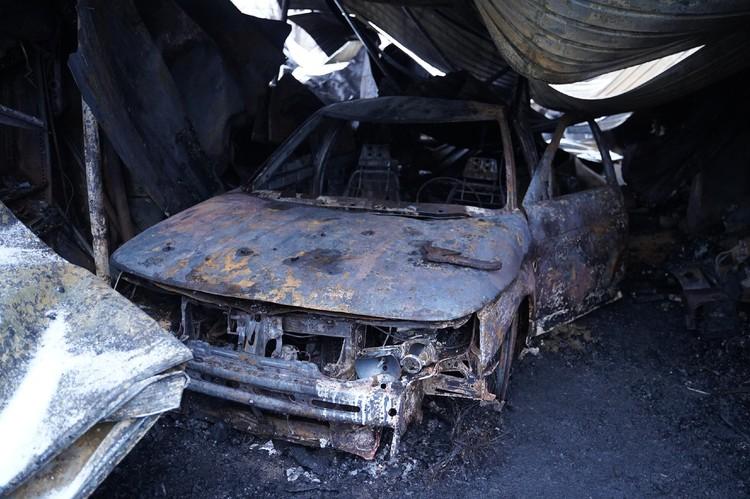 В одном из гаражей полностью выгорел автомобиль