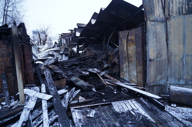 Сейчас на месте дома в Плотничном переулке сплошные завалы из обгоревших вещей