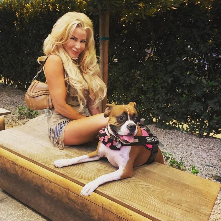 Джейми и ее собака.