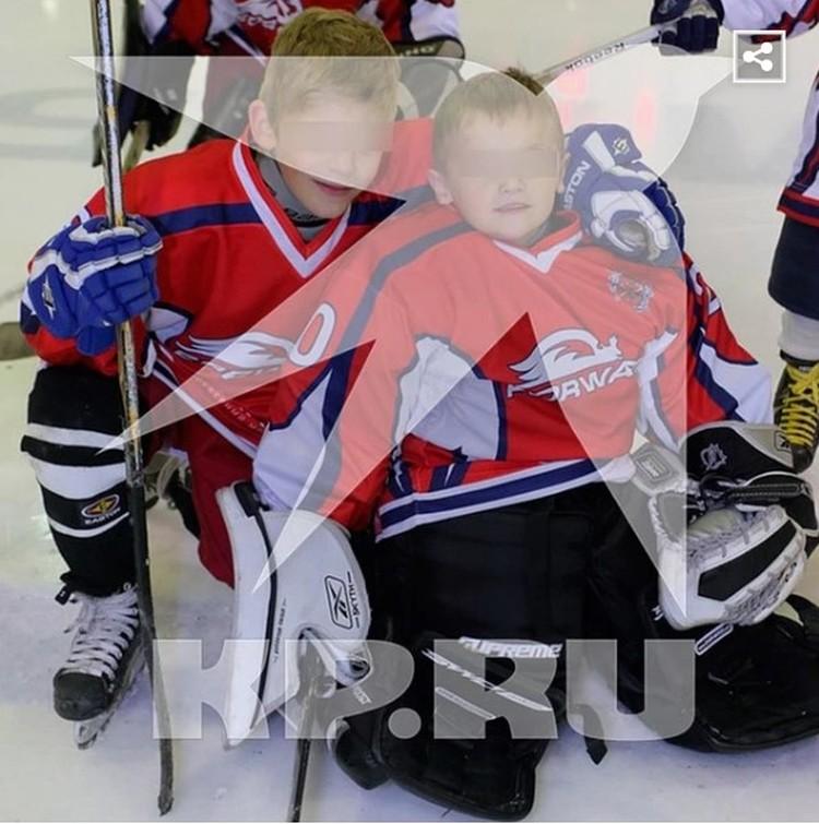 Братья поначалу оба занимались хоккеем