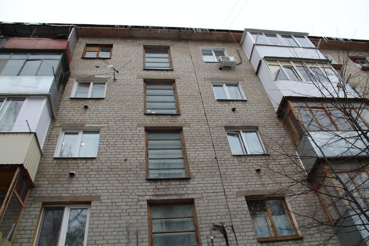 Дом, где живет семья с бизнесом за границей, довольно старый.
