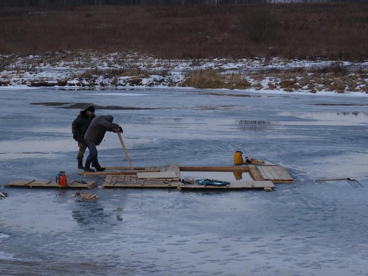 Лед укрепят настилом и трапами