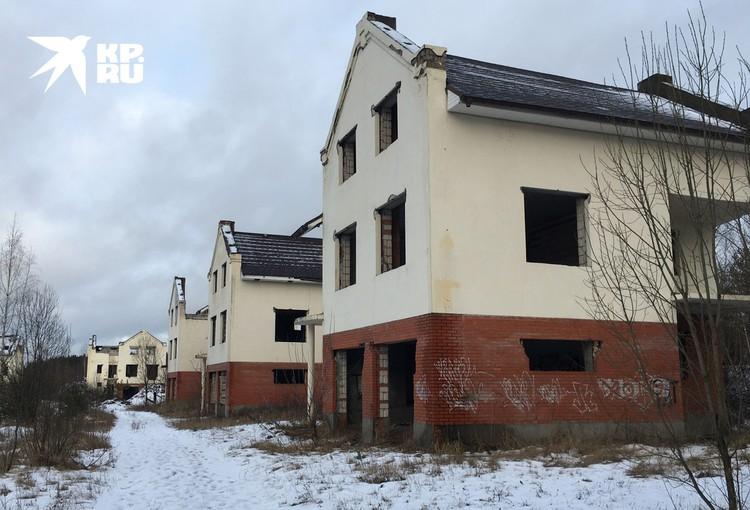 Эти дома перестали строить много лет назад, когда стало ясно, что земля не предназначена под жилищное строительство.