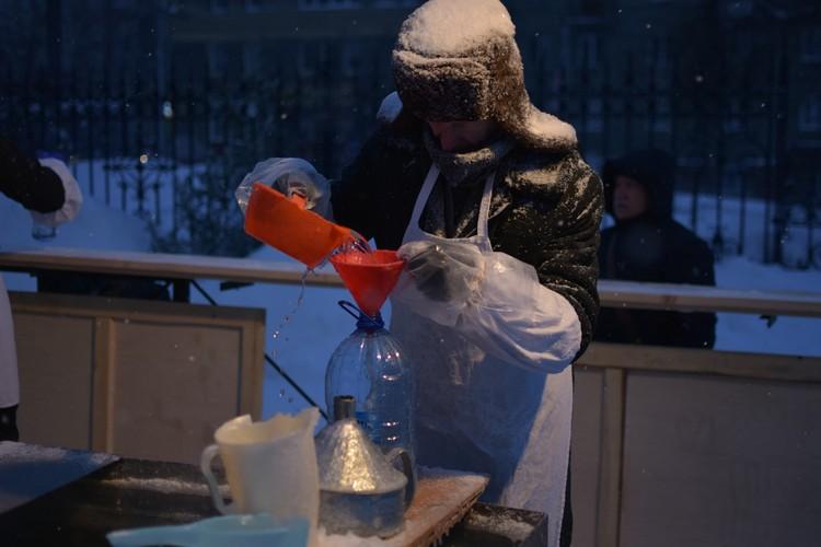 Механизм простой: черпаешь из бочки и наливаешь в бутылку.