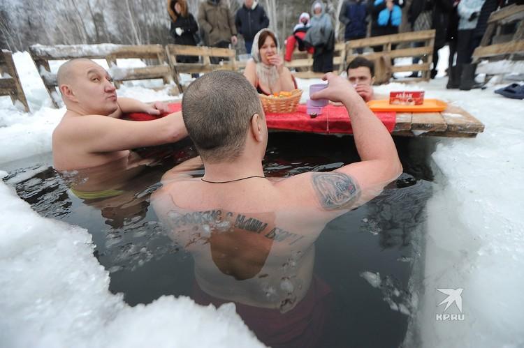 Уральцы отмечают Крещение в ледяной проруби.