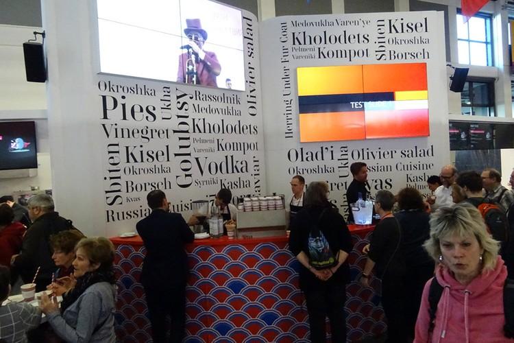 На русских стендах гостей бесплатно угощали kholodets, kompot, vinegret, kisel, okroschka, rassolnik, kasha