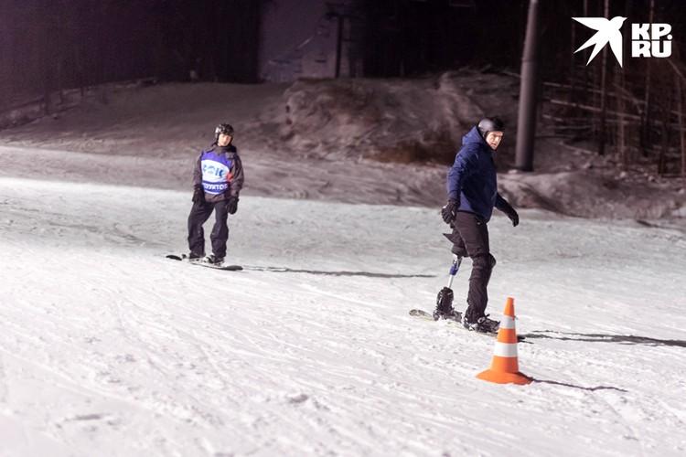 Сергей уверенно чувствует себя на сноуборде.