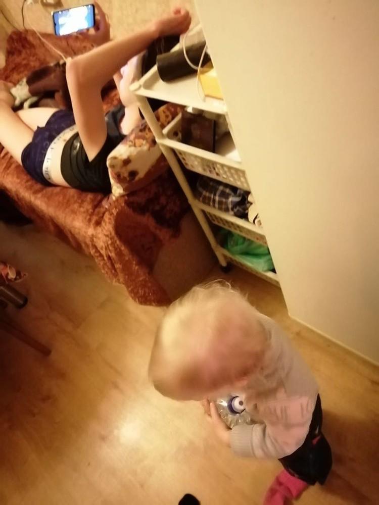 Муж Лады смотрит анимэ в телефоне.