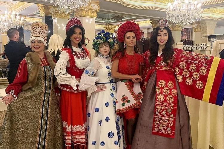 Ксении Вербицкой (вторая слева) 43 года и у нее четверо детей. Фото: instagram.com/missis_spb_baltiya/