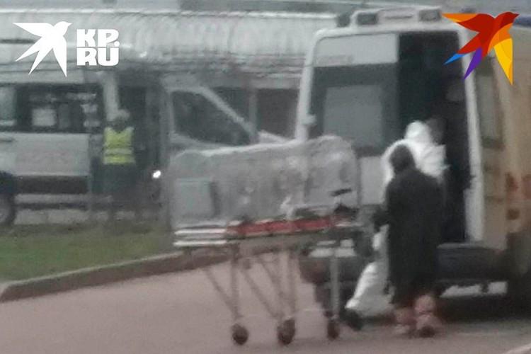 Мужчину из России увезли из аэропорта в специальной изолирующей капсуле.