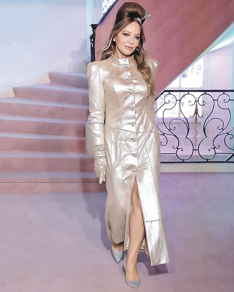 Орнелла Мути в свои 64 (поверить невозможно!) в платье от Сергеенко показала, как должна выглядеть уверенная в себе женщина.