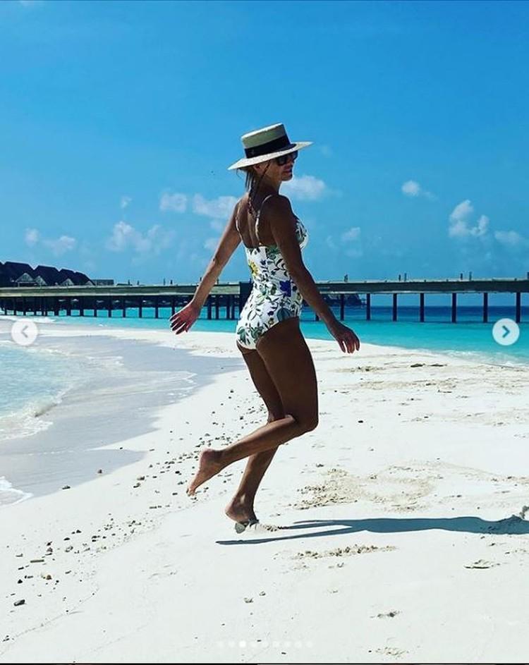 Спортсменка сфотографировалась в разных позах на фоне мальдивских красот. Фото: Инстаграм.
