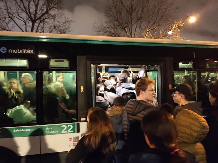 После 8 вечера, когда метро прекращало работать, парижане бежали штурмовать автобусы. Но влезть в салон — задачка не из легких