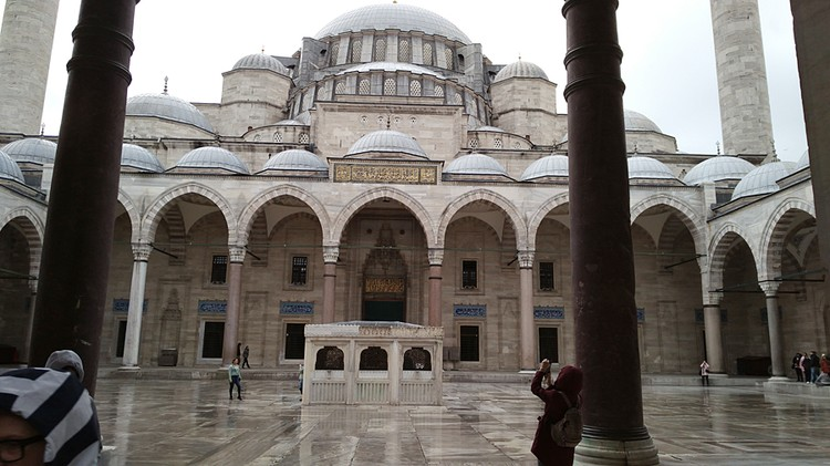 Во внутреннем дворе мечети Сулеймание