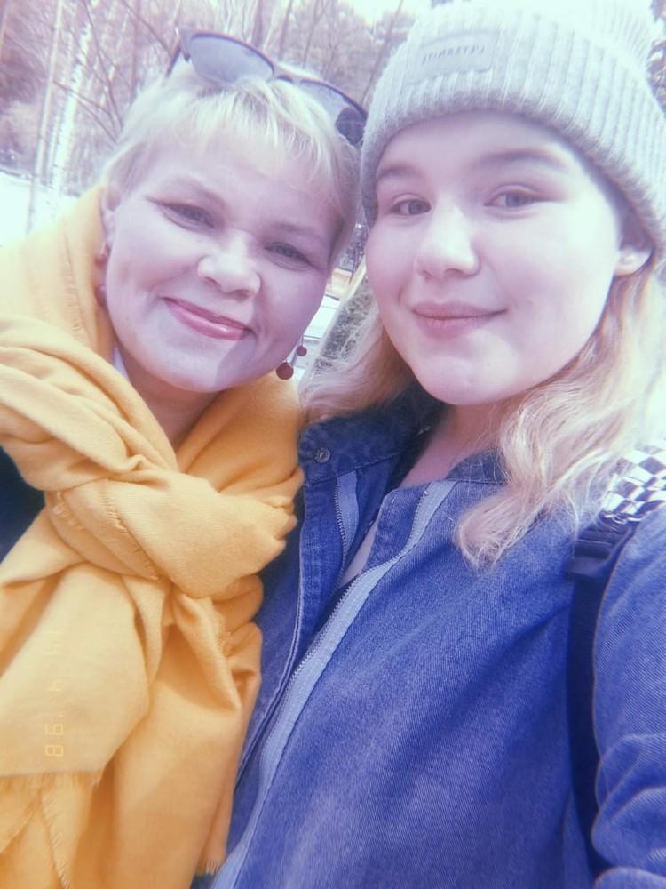 Алина и Лариса до того, как в дом пришла беда. Фото: личный архив.