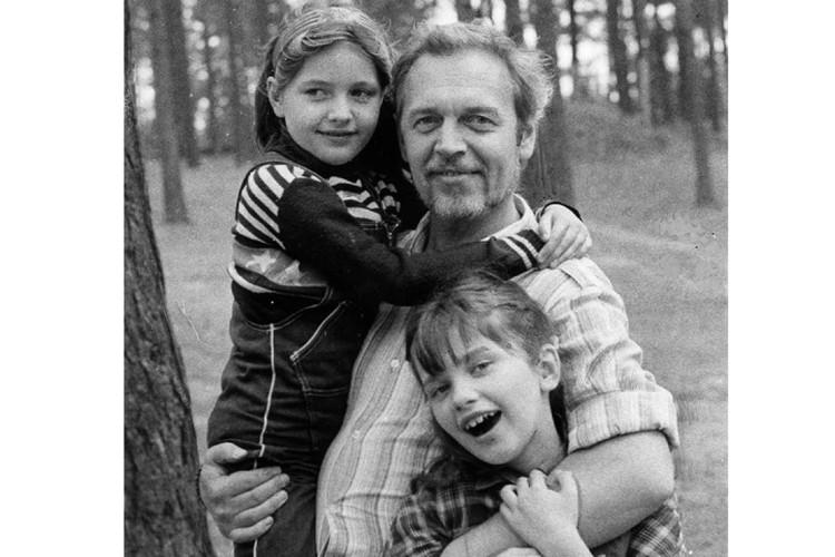 С дочками Настей и Ульяной, 1982 год.