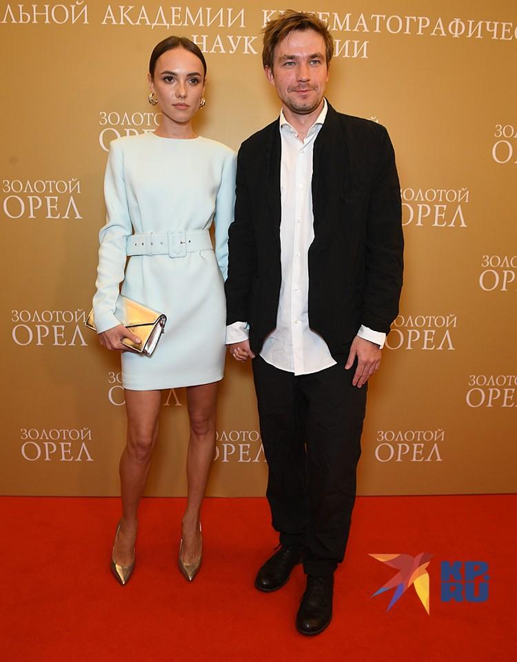 А вот и один из первых официальных выходов в свет секс-символа российского кино Александра Петрова и его новой девушки и коллеги актрисы Стаси Милославской