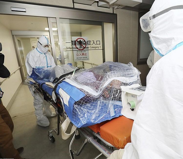 В Китае пациента, у которого заподозрили новый коронавирус, транспортируют в больницу в специальном карантинном контейнере