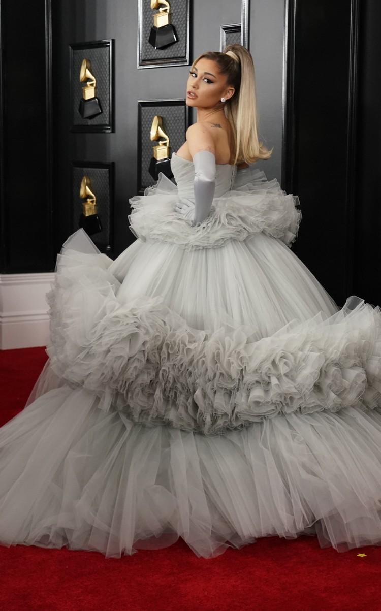 26-летняя Ариана Гранде в Giambattista Valli демонстрирует фасон платья, который есть в 2020-м году в гардеробе у каждой голливудской звезды.