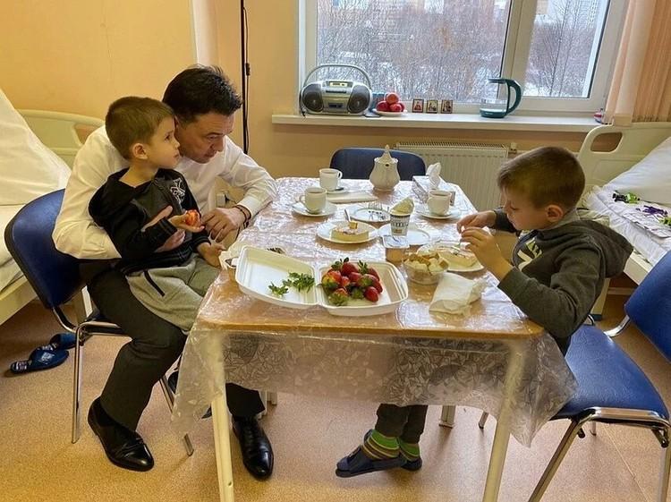 С ребятами встретился пришел губернатор Московской области Андрей Воробьев.