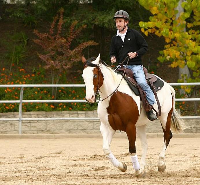Дэвид Агус во время конной прогулки.