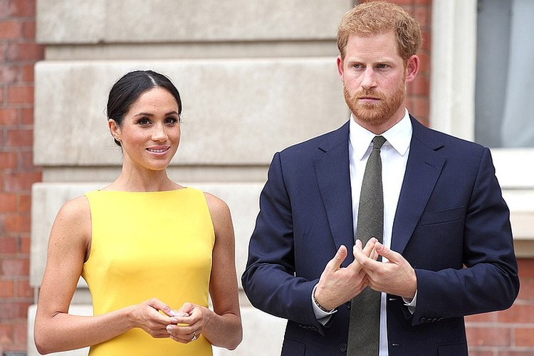 """Супруга принца Гаррии постоянно на связи с """"Новым Папой"""". В основном - консультируется по вопросам дресс-кода"""