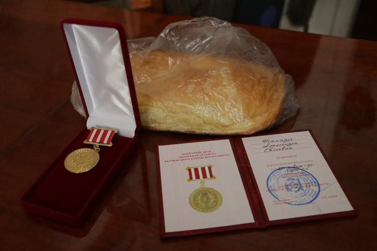 Блокадникам подарили медали и батон хлеба. Фото: Мая Хужина / Facebook