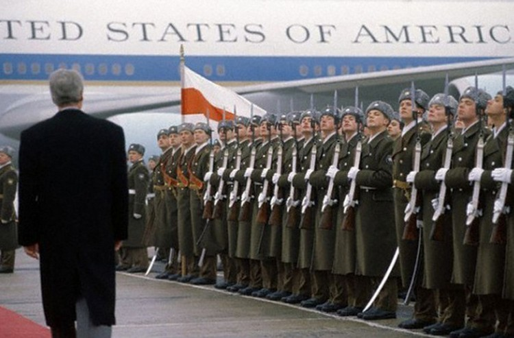 В январе 1994 в Минск на шесть часов прилетал президент США Билл Клинтон. Он провел переговоры с руководителем Беларуси Станиславом Шушкевичем.