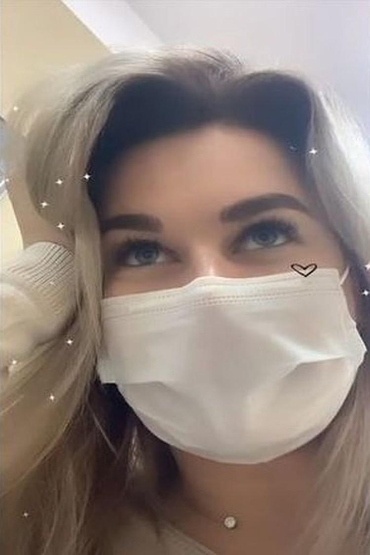 Полина описывает все, что с ней происходит у себя в Инстаграме. На фото она дурачится, смеется. Но на самом деле сильно переживает, что могла подхватить коварный вирус. Фото: www.instagram.com/x________polinkop________x/