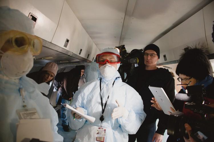 Проводится анкетирование и осмотр пассажиров.