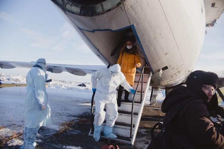 Из самолета выводят первого условно больного.