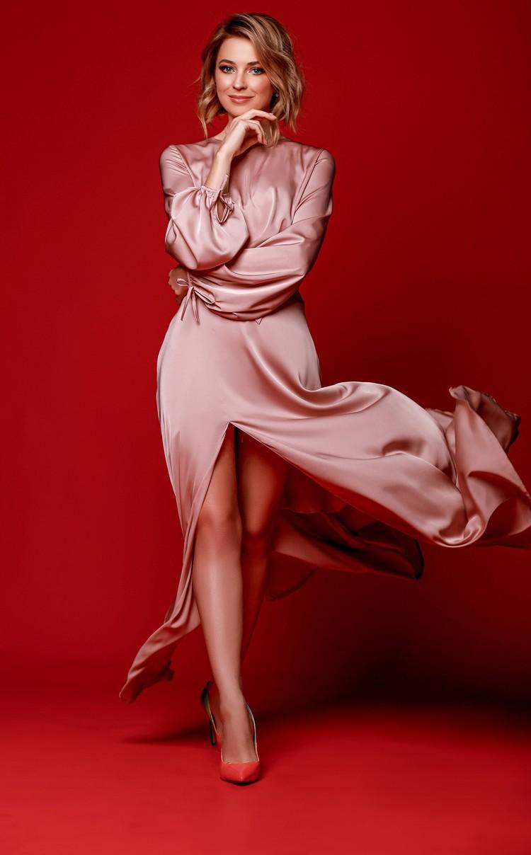 Шелковый наряд струится по фигуре. Платье на Поклонской настолько легкое и воздушное, что, кажется, создано для наслаждения. Фото: Екатерина Вологжанина