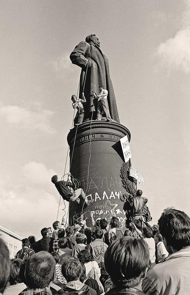 В августе 1991-го толпа уже валила памятник Дзержинскому на Лубянке (в итоге его демонтировали и увезли в парк «Музеон»). Но статуи Ленина во многих городах страны до сих пор стоят... Фото: Борис КАУФМАН/РИА Новости