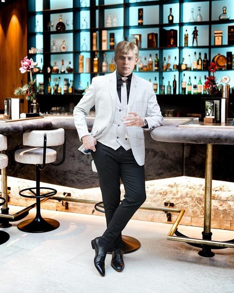 Есенин в баре. Фото: yes__enin