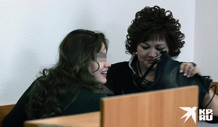 Гульназ со своим адвокатом в суде.