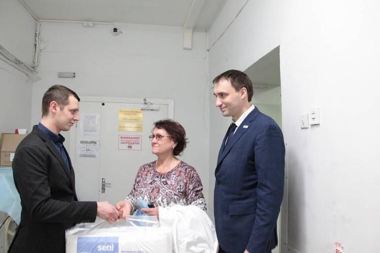 Ранее с семьей встречался омбудсмен Антон Шарпилов и передал благотворительную пачку подгузников. Фото: instagram.com/ombudsman74