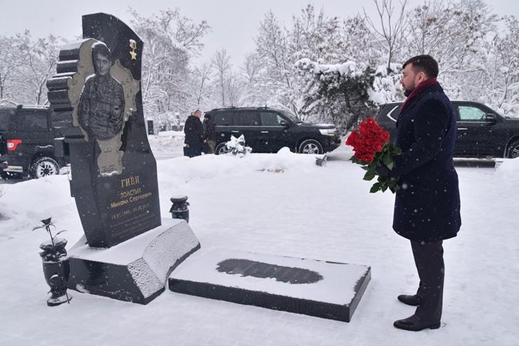Денис Пушилин возложил цветы на могилу Михаила Толстых. Фото: https://dan-news.info/