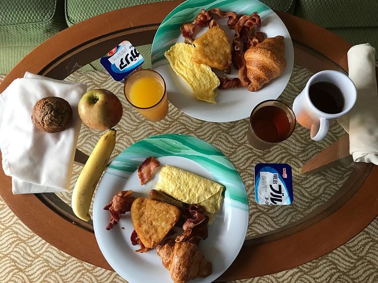 """Завтрак """"узников"""" лайнера. Фото: Phil Courter"""