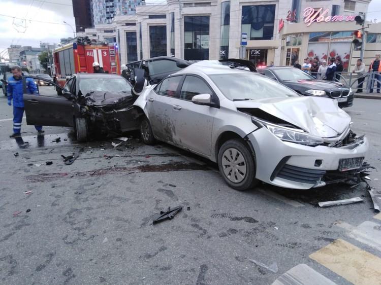 Васильев протаранил сразу четыре автомобиля, которые стояли на перекрестке. Фото: ГУ МЧС по Свердловской области