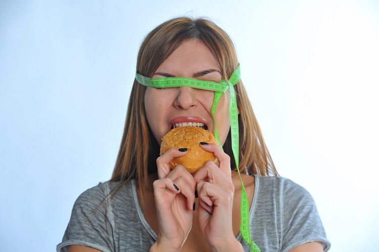 Проблема во вредных продуктах, которые вызывают особые реакции в организме и заставляют нас переедать и толстеть.