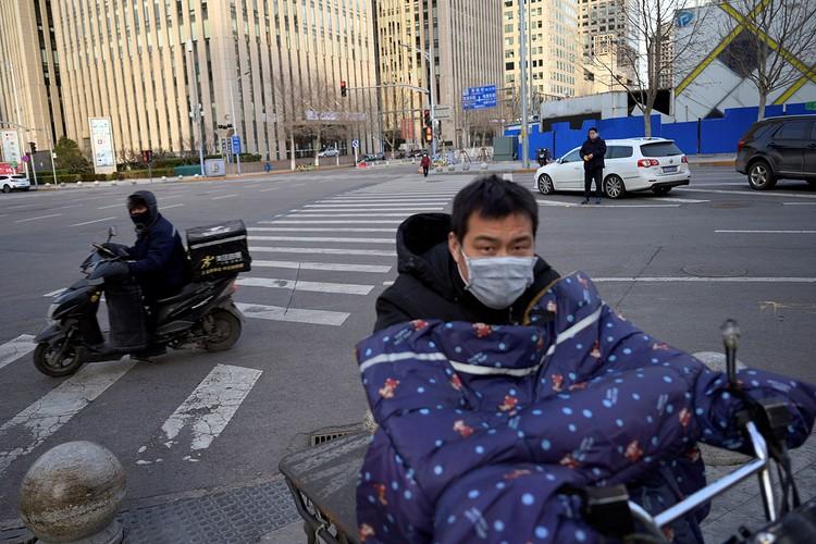 Движение на улицах Пекина непривычно свободное, пробок нет.