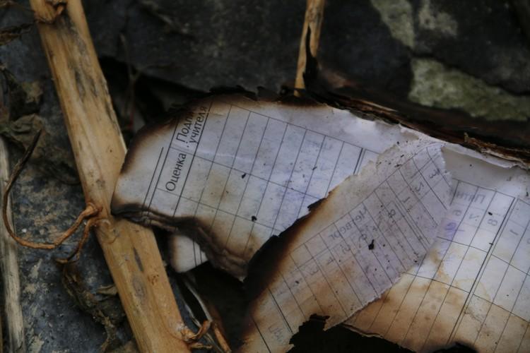 Поверх прочего мусора валяется обугленный дневник. Принадлежал ли он задержанным подросткам - неизвестно